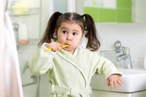 Kind miz Zahnbürste, Zahnarztpraxis Dr. Öttl, Allershausen